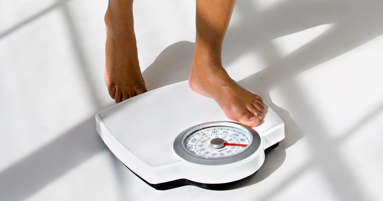 ۱۳ دلیل تغییر وزن در روز که نمی دانستید